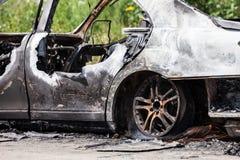 Ciarpame del veicolo dell'automobile della ruota bruciato fuoco di incendio doloso Fotografia Stock Libera da Diritti
