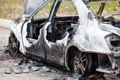 Ciarpame del veicolo dell'automobile della ruota bruciato fuoco di incendio doloso Immagine Stock