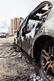 Ciarpame del veicolo dell'automobile della ruota bruciato fuoco di incendio doloso Fotografie Stock Libere da Diritti