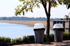 Ciarpame, recipiente, immondizia, passeggiata obliqua del secchio della spazzatura dei rifiuti di plastica della radura alla riva fotografie stock