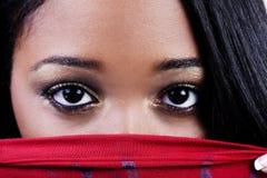 Ciasny strzał Atrakcyjna amerykanin afrykańskiego pochodzenia kobieta ono Przygląda się Nad Czerwony Sh Obraz Stock