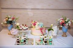 8 ciast ślub Cukierku bar, stół z cukierkami i desery na stole, Bufet z wyśmienicie babeczkami, tortów wystrzały zdjęcie royalty free