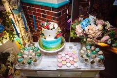 8 ciast ślub Cukierku baru marshmallow na stole w wazie, macaroon i babeczce, wystrój wanilia, handmade cukierki wierzchołek zdjęcia stock