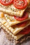 Ciast ptysiowi tarts z pomidorem, serem i tymiankowym vertical, Zdjęcie Royalty Free