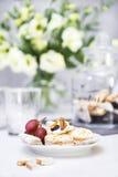 Ciast winogron wiązka kwiaty na stole fotografia stock