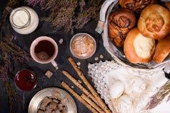 Ciasta i chlebowi kije z mlekiem, kawą i dżemem, Odgórny widok Zdjęcie Stock