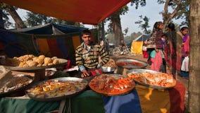 Ciasta i cukierki uliczny sprzedawca w nepalskim jarmarku Fotografia Stock