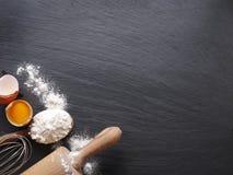 Ciasta przygotowanie Wypiekowi składniki: jajko i mąka fotografia stock