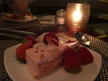 ciasta tła płytkę truskawkowy służyć biały obrazy stock