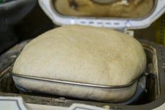 Ciasta wydźwignięcie w Chlebowej maszynie Obraz Stock