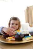 ciasteczka łasowania dziewczyny domu mały ja target575_0_ Fotografia Stock