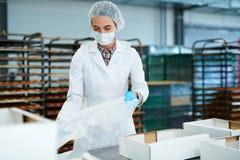 Ciasteczko pracownika fabrycznego narządzania puści pudełka obrazy stock