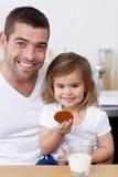 ciastek córki łasowania ojca mleko Obrazy Stock