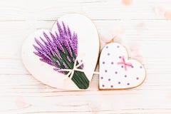 Ciastek serca i lawenda kwiaty na białym nieociosanym drewnianym backgr Obrazy Royalty Free