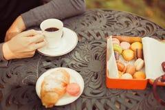 Ciastka i herbaciana filiżanka słuzyć na stole Zdjęcie Royalty Free