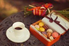 Ciastka i herbaciana filiżanka słuzyć na stole Zdjęcia Royalty Free