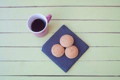 Ciastka i kawa na zielonym drewnie od above Fotografia Stock