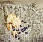 Ciastka i kawy beens na worka tle Zdjęcia Royalty Free