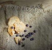 Ciastka i kawy beens na worka tle Zdjęcie Royalty Free