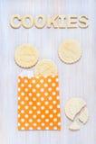 Ciastka i listy shortcrust ciasto na stole Zdjęcie Royalty Free