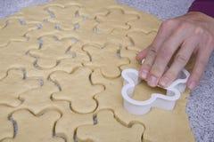 ciastka krajacza ręka Fotografia Royalty Free