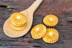 Ciastka kremowy brąz na drewnianej łyżce Obrazy Royalty Free