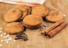 Ciastka miodowi z dokrętkami, owsów płatkami, cynamonem i cloves, fotografia stock