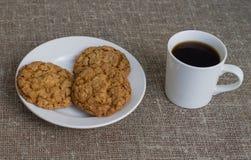 Ciastka na białym kubku z kawą i talerzu Tło burl Fotografia Stock