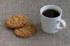 Ciastka na białym kubku z kawą i talerzu Tło burl Zdjęcie Stock