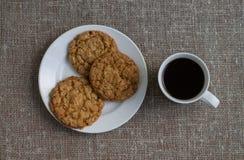 Ciastka na białym kubku z kawą i talerzu Tło burl Zdjęcie Royalty Free