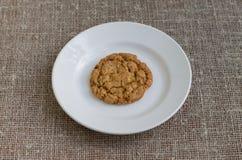 Ciastka na białym talerzu Tła burlap Obraz Royalty Free