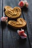 Ciastka na pięknej drewnianej teksturze Fotografia Royalty Free