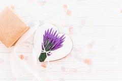 Ciastka serce z lawendowym bukieta i rzemiosła prezenta pudełkiem na białym r Obrazy Royalty Free