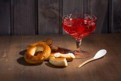 Ciastka toczą pierścionki i truskawkowego dżem Fotografia Royalty Free