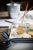 Ciastka w formie serc na Drewnianym stole Fotografia Stock