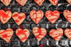 Ciastka w formie serc z czerwonym lodowaceniem zdjęcie stock