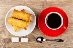 Ciastka w talerzu, filiżanka z kawą, łyżka, cukrowi sześciany zdjęcie royalty free
