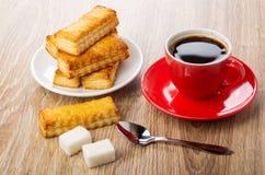 Ciastka w talerzu, kawa, łyżka, cukrowi sześciany na drewnianym stole zdjęcia royalty free