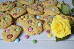 Ciastka z kolorowymi cukierkami zdjęcia royalty free