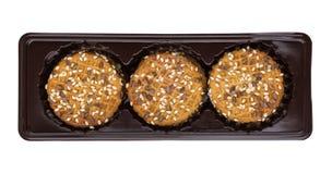 Ciastka z sezamowymi ziarnami w plastikowym pudełku odizolowywającym na bielu Zdjęcia Stock