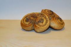 Ciastko, ciastko funda z cynamonem tworzył w brezel kształta świeżym piec w piekarniku Zdjęcia Royalty Free