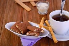 Ciastko crispy rolki, otłuszczona kremowa herbata Zdjęcia Stock
