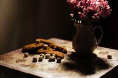 Ciastko i kwiaty na stole zdjęcie royalty free
