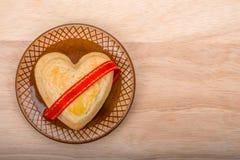 Ciastko kształt serce na ceramicznym naczyniu Zdjęcia Stock