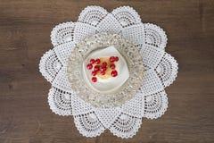 Ciastko na talerzu i doily Zdjęcia Royalty Free