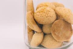 Ciastko słój, prosty szklany słój wypełniał z staromodnymi ciastkami na białym tle z Zdjęcia Royalty Free