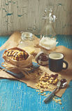 Ciastko z arachidami i czekoladowym lodowaceniem, błękitna filiżanka mleko Fotografia Stock