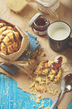 Ciastko z arachidami i czekoladowym lodowaceniem, błękitna filiżanka mleko Obrazy Royalty Free