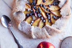 Ciastko z brzoskwinią i czarną jagodą Obraz Stock
