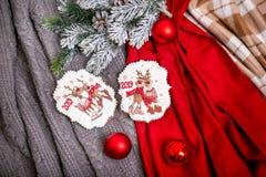 Ciastko z deers 2019 na tle z i liczbami jedlinowymi gałąź i czerwonymi piłkami, odgórny widok Wakacyjni cukierki Nowy Rok i Ch obraz stock